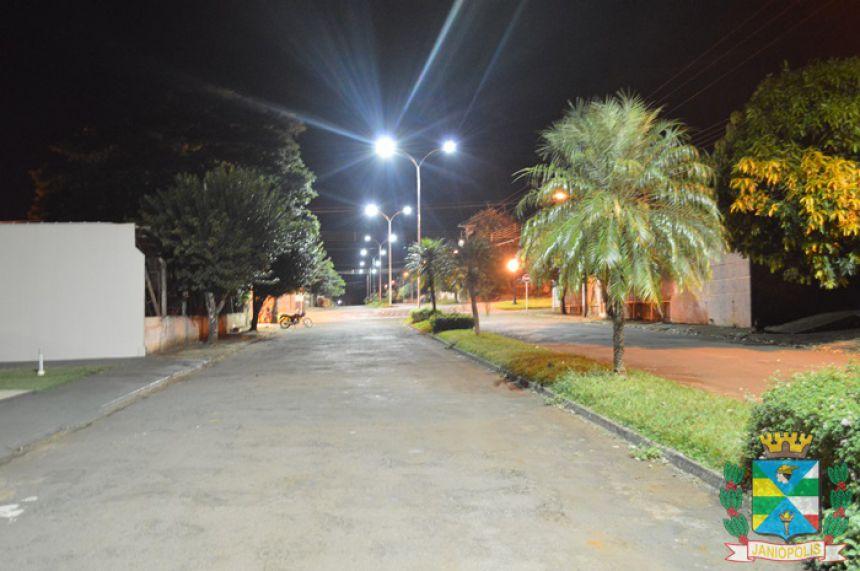 Nova iluminação da Avenida Brasil é ligada, e comunidade aprova