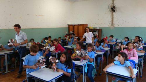 Secretaria de Educação entrega ovos de páscoa para alunos da rede municipal