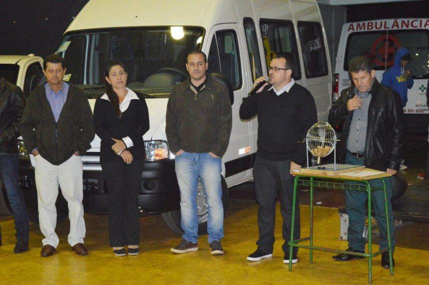João Claudio e Leandro entregam veículos em Quinta do Sol