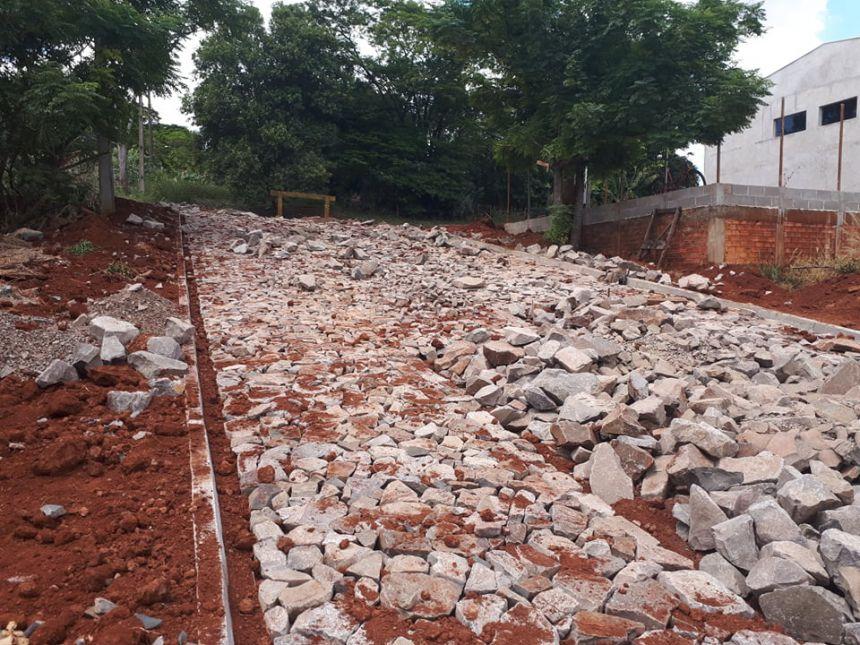 Quinta do Sol continua obras de pavimentação com pedras irregulares