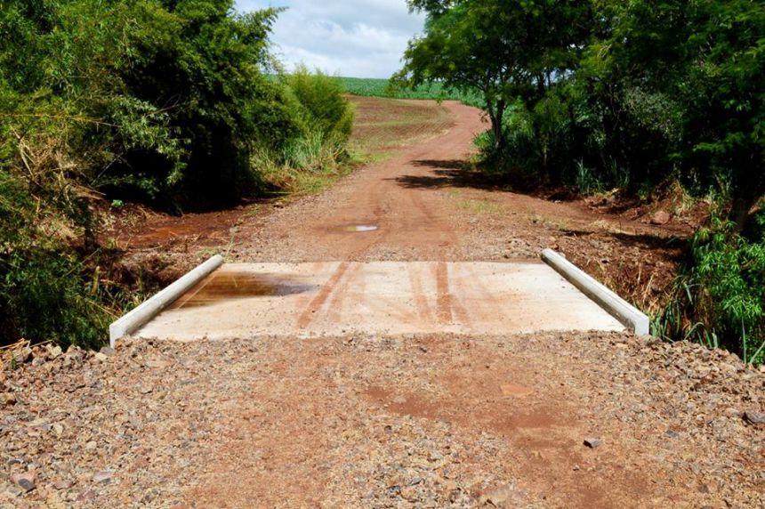 Prefeitura de Quinta do Sol constrói ponte em estrada rural