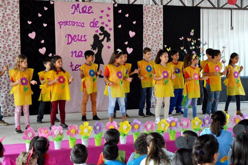 Alunos das escolas municipais homenageiam Mães de Quinta do Sol