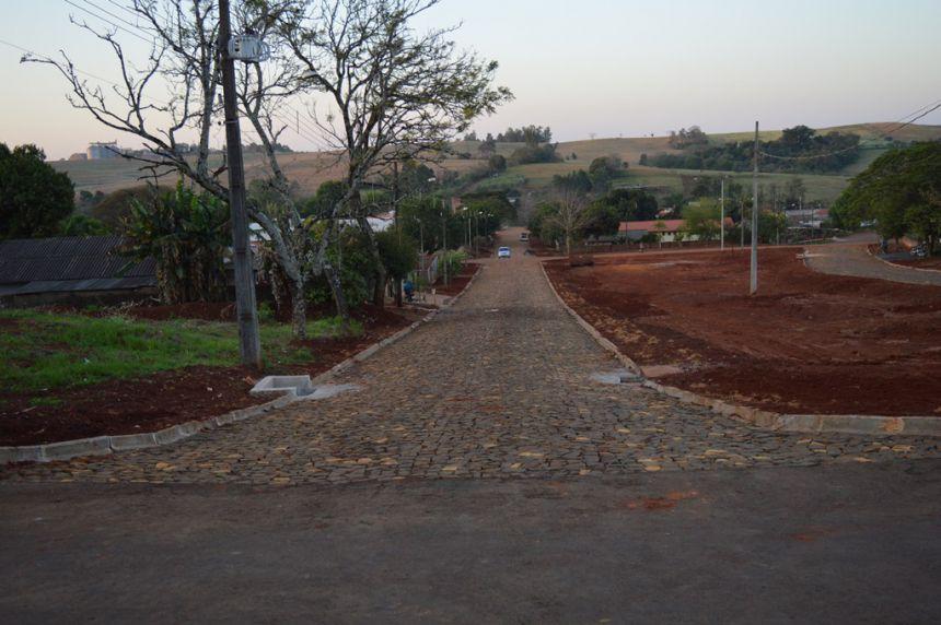 Concluída pavimentação com pedras irregulares na Rua Mercúrio