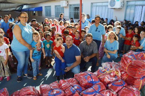 João Claudio entrega uniformes em escolas de Quinta do Sol