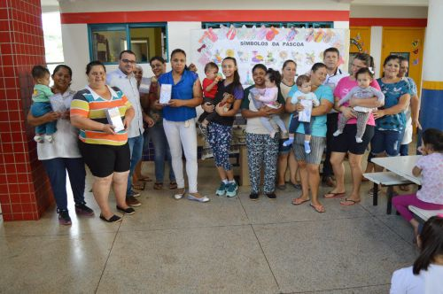 João Claudio e Leandro entregam chocolates para alunos e servidores de Quinta do Sol