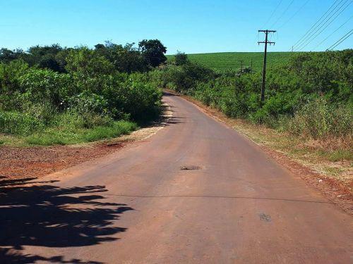Prefeitura de Quinta do Sol testa recape asfáltico em estrada de pedras irregulares