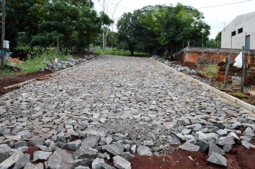 Quinta do Sol pavimenta ruas com pedras irregulares
