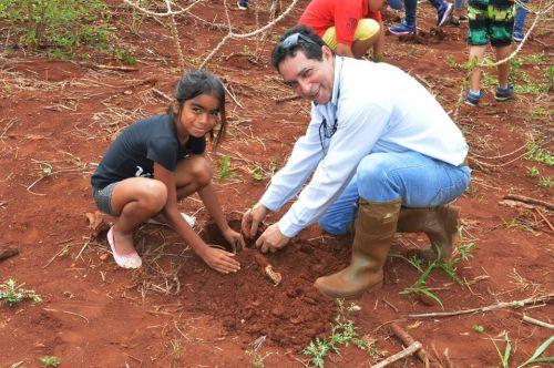 Alunos de Quinta do Sol plantam mudas nativas em alusão ao Dia da Árvore