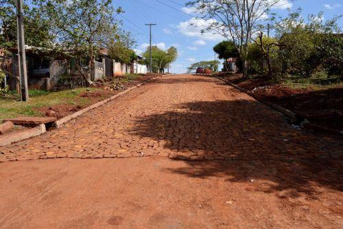 Concluída pavimentação com pedras irregulares na Rua Urano