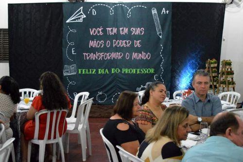 Prefeitura de Quinta do Sol homenageia professores e funcionários da educação