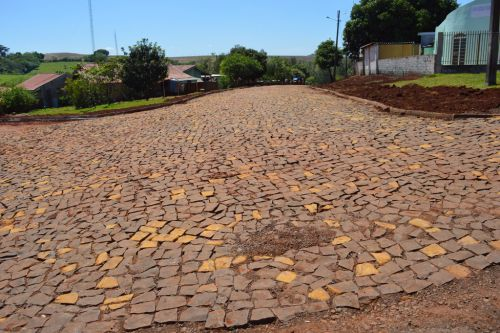 Pedras irregulares levam melhorias às ruas de Quinta do Sol