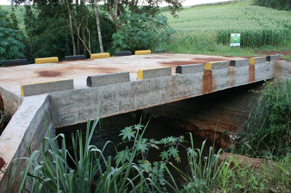 Constru��o de pontes de concreto sobre o Rio Tricolor, Taubat� e  Macagnan