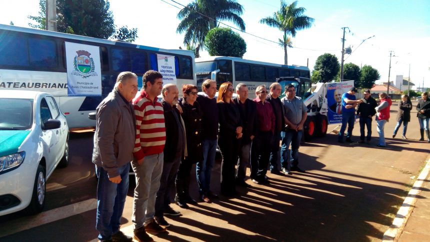 Vereadores participam entrega de veículos pela prefeitura