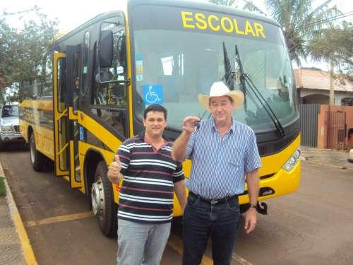 Prefeitura recebe dois ônibus para educação