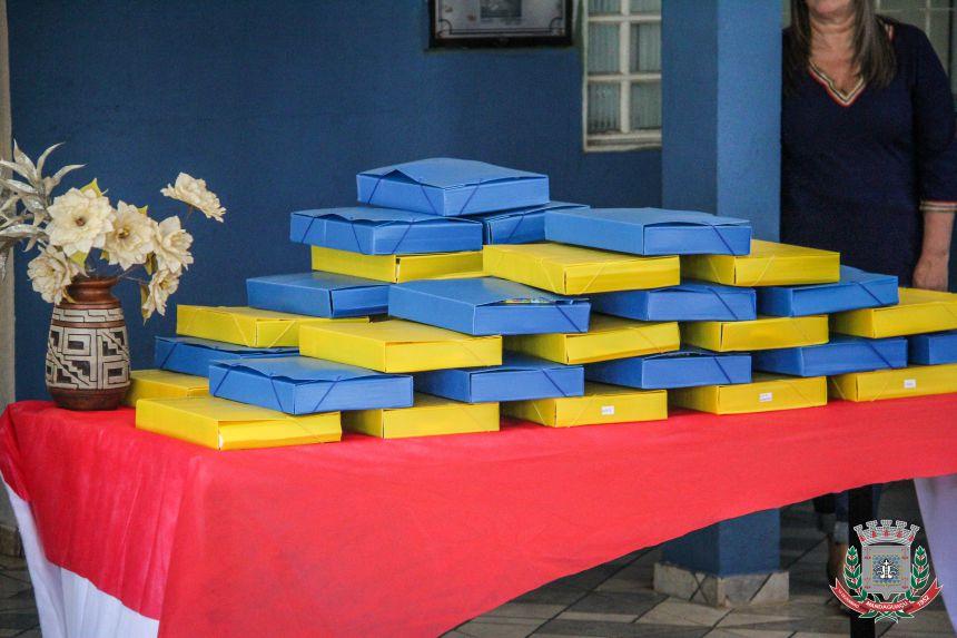 Alunos da rede municipal de Mandaguaçu ganham kits escolares