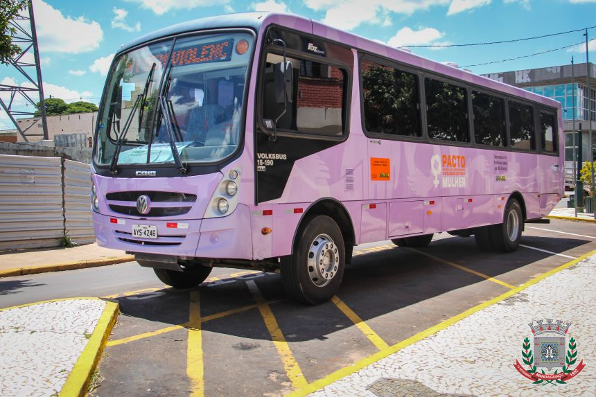 Ônibus Lilás estaciona em Mandaguaçu