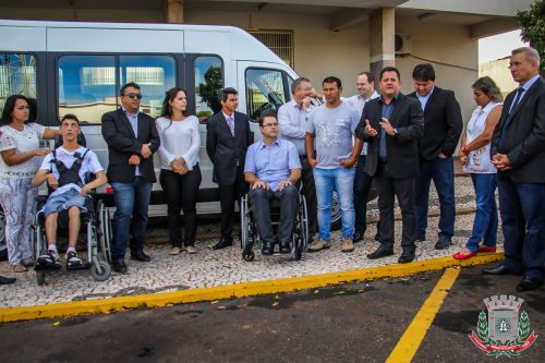 Mandaguaçu recebe veículo para APAE