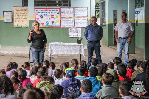 Escolas Municipais recebem uniforme completo