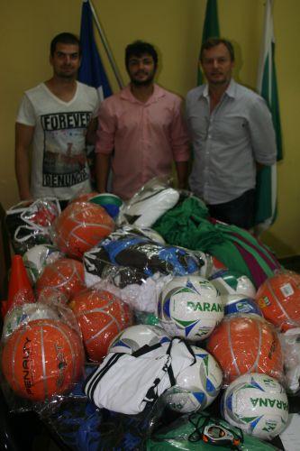 Paraná Esporte faz entrega de material esportivo.