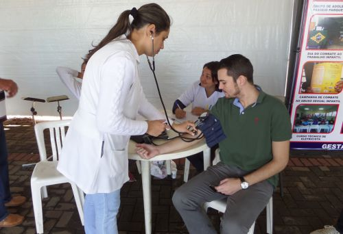 Agentes de saúde trabalhando no dia de ação social