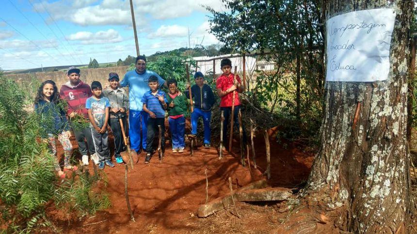 Os alunos do 3º ano iniciaram na manhã hoje, 05, o primeiro processo da compostagem.