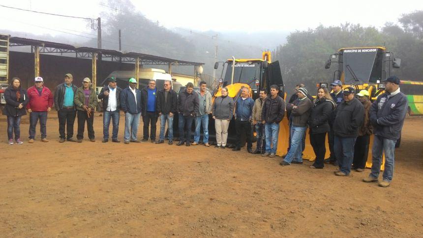 Entrega oficial das máquinas e veículos novos ocorreu durante a reunião realizada hoje (10), na secretaria municipal de Obras e Serviços Públicos