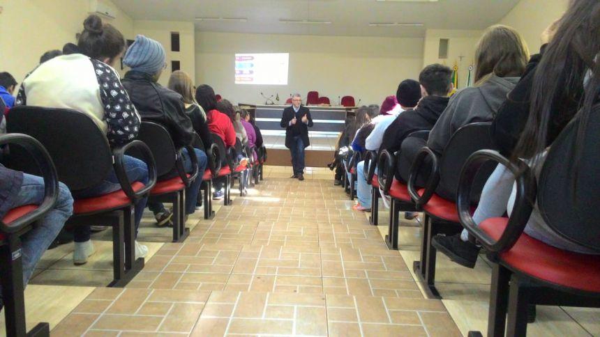 A palestra foi ministrada pelo especialista Carlos Augusto Weber, na Câmara Municipal de Vereadores.