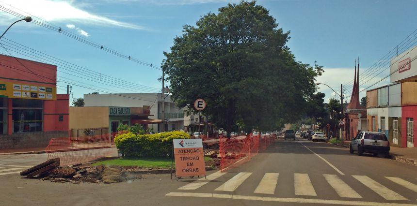 Prefeitura executa melhorias em canteiro central da Avenida São Pedro
