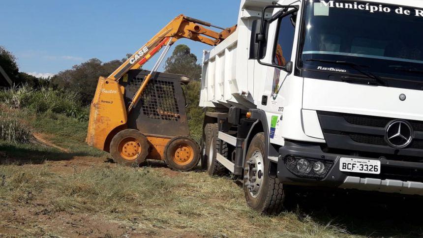 O transporte do adubo foi realizado pelas secretarias municipais de Obras e Serviços Públicos e Desenvolvimento, via Departamento de Agricultura