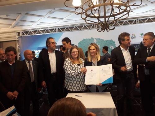 Durante o encontro, a prefeita assinou o convênio com o Governo do Estado para receber recursos e equipamentos