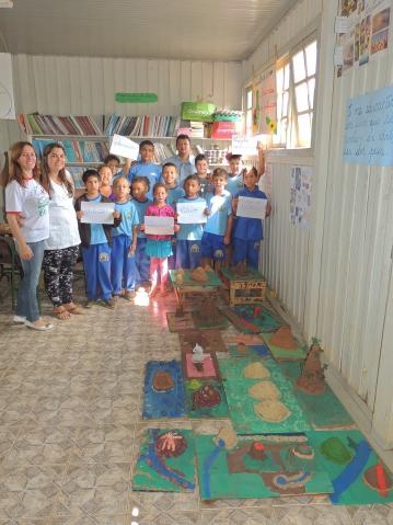 Alunos da Escola Municipal Boa Vista, com os professores Anair e Vilson e a assessora pedagógica, Maria Cleonice, do Dep. de Educação