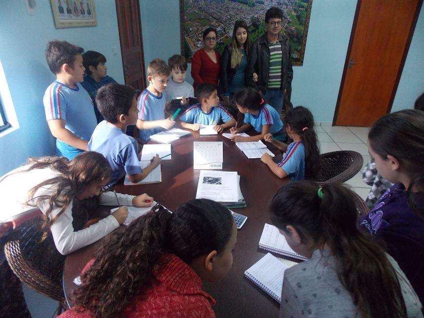 Alunos da Escola Maria de Lourdes visitam Prefeitura