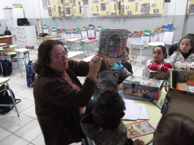 A professora Creuza encanta as crianças contando as