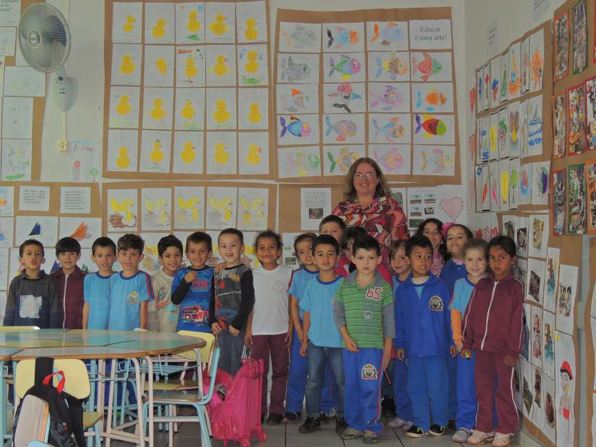 A professora Crêuza Nunes e os alunos do Pré