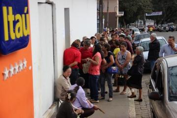 Poder público pede agilidade no atendimento e alterações no prédio do banco Itaú de Curiúva