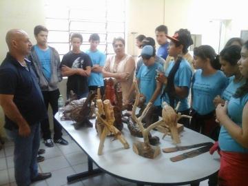 Estudantes de colégios estaduais prestigiam exposição de artista curiuvense