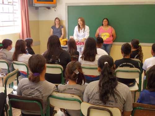 Adolescentes do Colégio Gabriel Rosa participam de palestra sobre DST′s e gravidez na adolescência