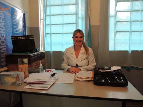 Dra. Krysten em um de seus ambientes de trabalho, a UBS Alecrim.