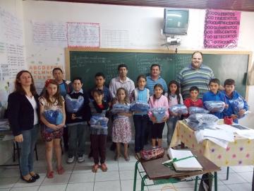 Começa a entrega de uniformes gratuitos aos alunos da rede municipal de ensino