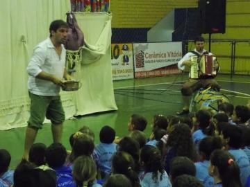Arauco do Brasil oferece peça teatral educativa a alunos municipais