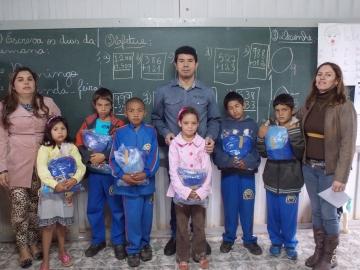Todos os alunos da rede municipal de ensino já receberam seu kit de uniforme escolar