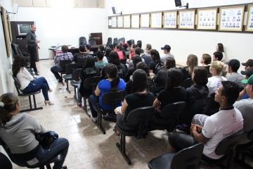 Alunos do Colégio Gabriel Rosa participam de palestra sobre mercado de trabalho