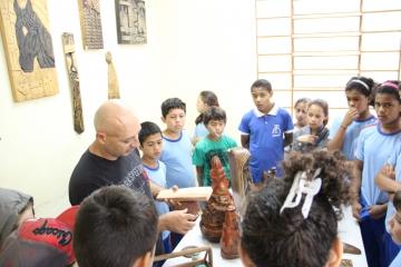 Alunos de escolas municipais visitam exposição de obras esculpidas em madeira