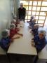 A nutricionista Taniclear, juntamente com os alunos do Pré, no CMEI Menino Deus