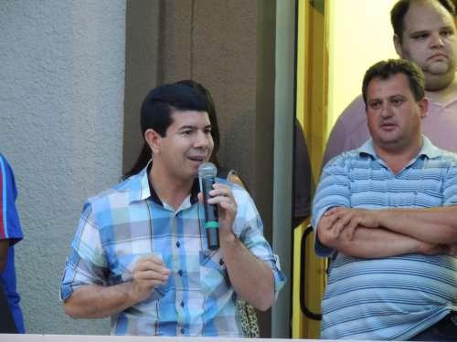 O prefeito Amadeu falando sobre a felicidade pela chegada das máquinas