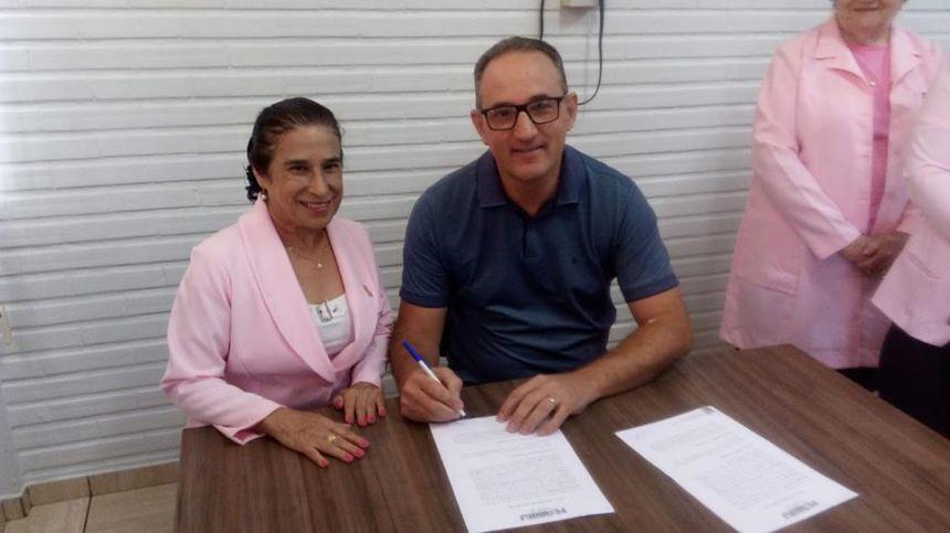 PREFEITURA ENTREGA CARRO A REDE FEMININA DE COMBATE AO CANCER