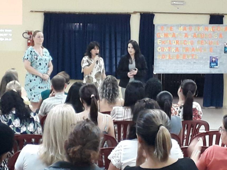 Professores e funcionários participam de palestra