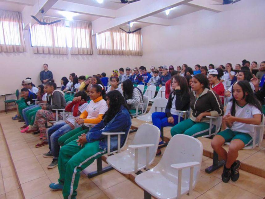 Combate à dependência química é tema de palestra com adolescentes