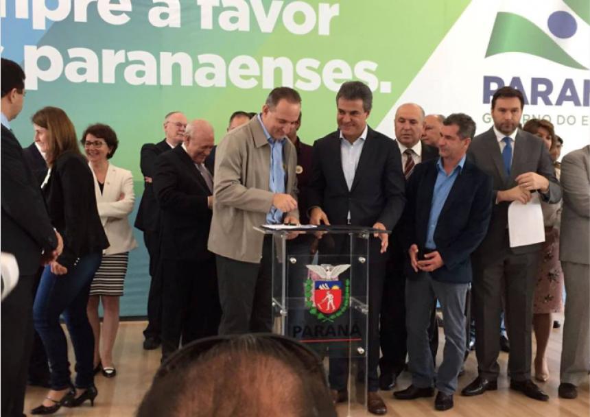 Prefeito esteve em Curitiba assinando convênios