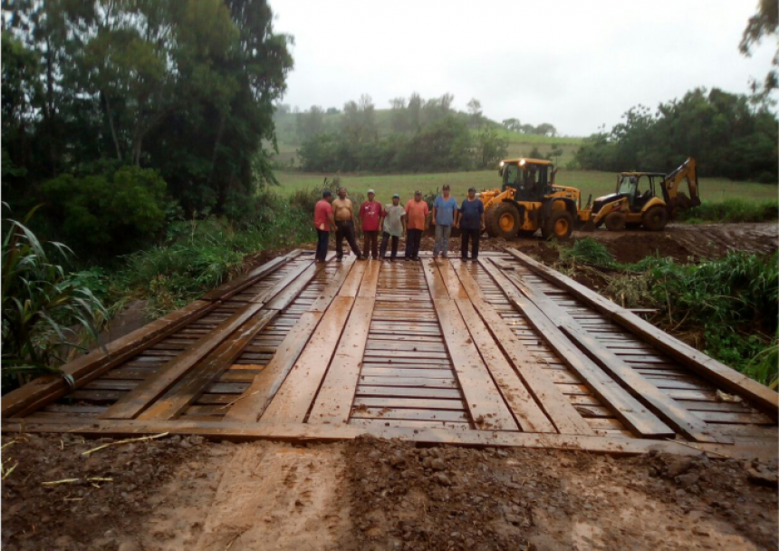 Ponte é reconstruída na divisa de Corumbataí do Sul